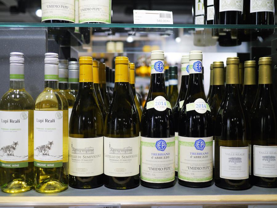 Udvalget af italiensk vin er stort, og der er også plads til funky naturvinproducenter såsom Emidio Pepe (den grønne i midten).
