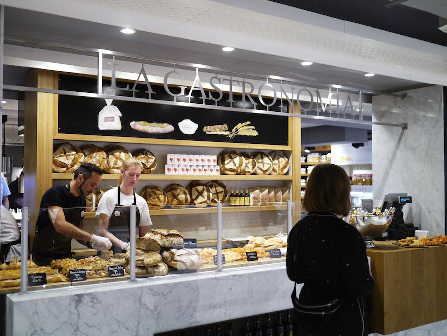 I bagerafdelingen bliver der bagt brød med italiensk mel og surdej.