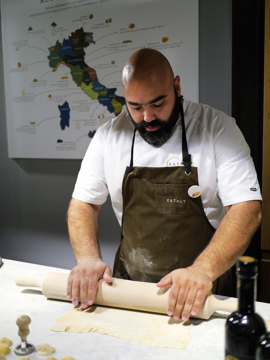 Et styk medarbejder dedikeret til udarbejdelse af frisk pasta.