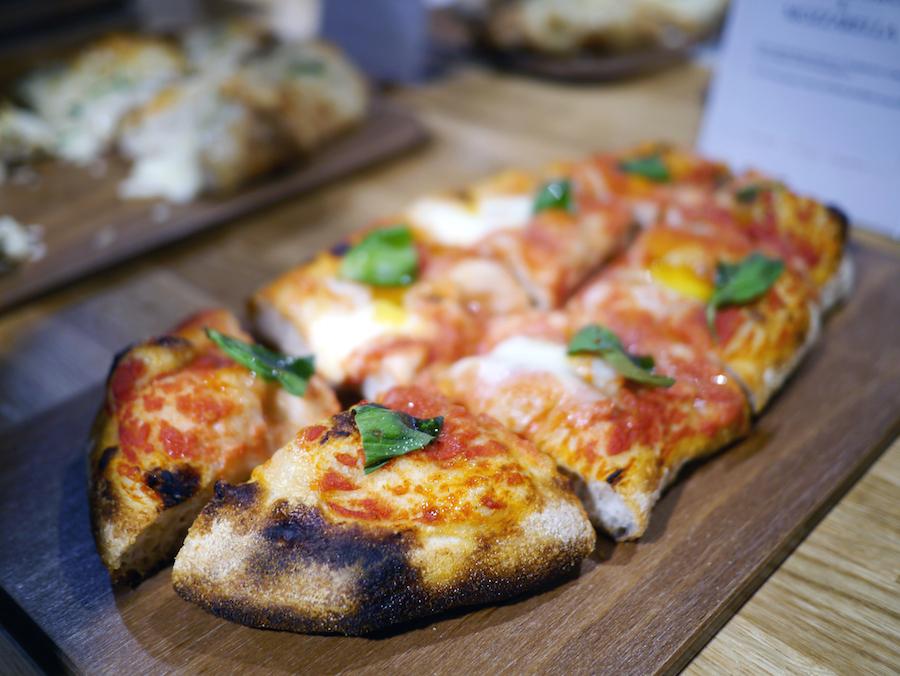 Stenovnsbagt pizza med surdejsbund.