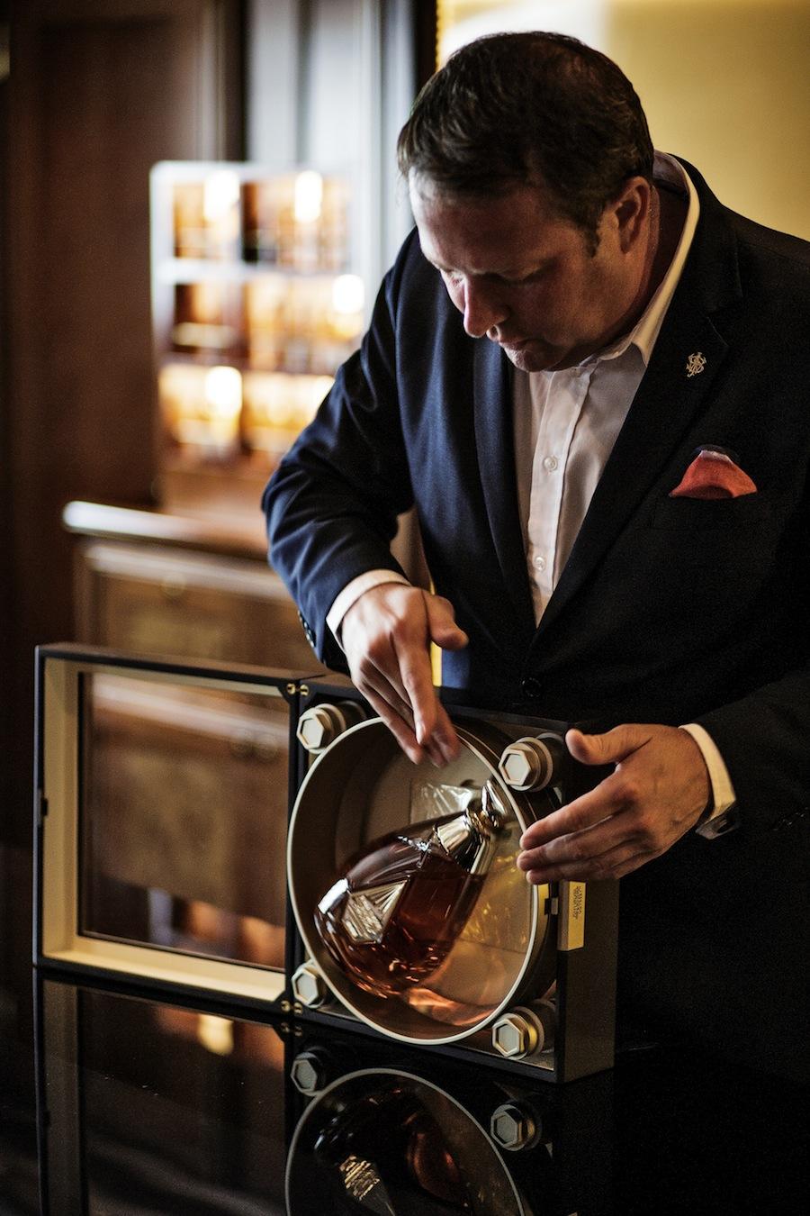Whiskyambassadør Tom Jones viser det særlige etui frem.