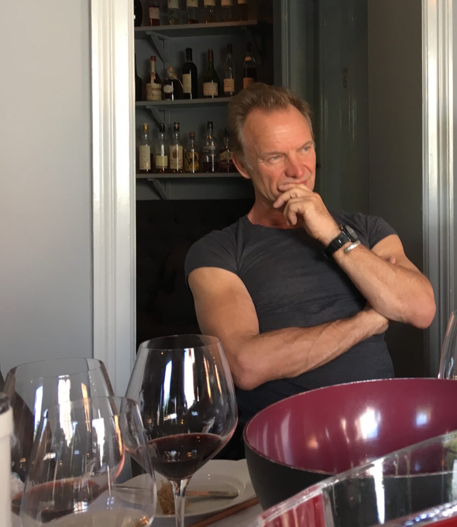 Sting var mødt op i egen høje person for at præsentere sine vine.