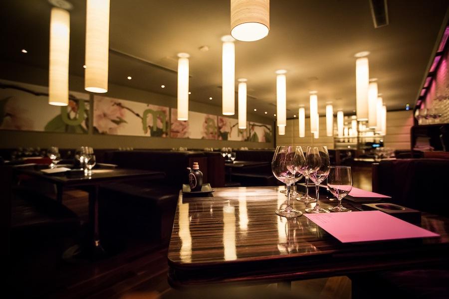 Stilhed før stormen. Jeg kan godt lide den mørke, klubagtige stemning i restauranten.