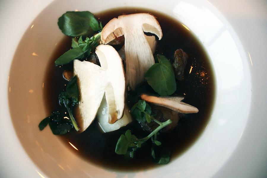 Helt mørk, koncentreret svampebouillon og torsk.