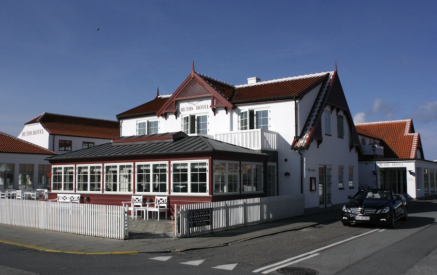 Scenen er sat. Velkommen til Ruths Hotel i Gammel Skagen.
