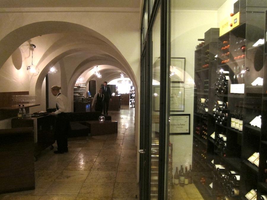Kom med indenfor i Moltkes Palæ til en ny anmeldelse af Restaurant AOC.