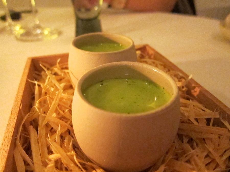 Kold agurkesuppe med stykker af agurk i. Frisk, delikat smag, men også lidt ensartet i længden på grund af portionens relativt store størrelse.