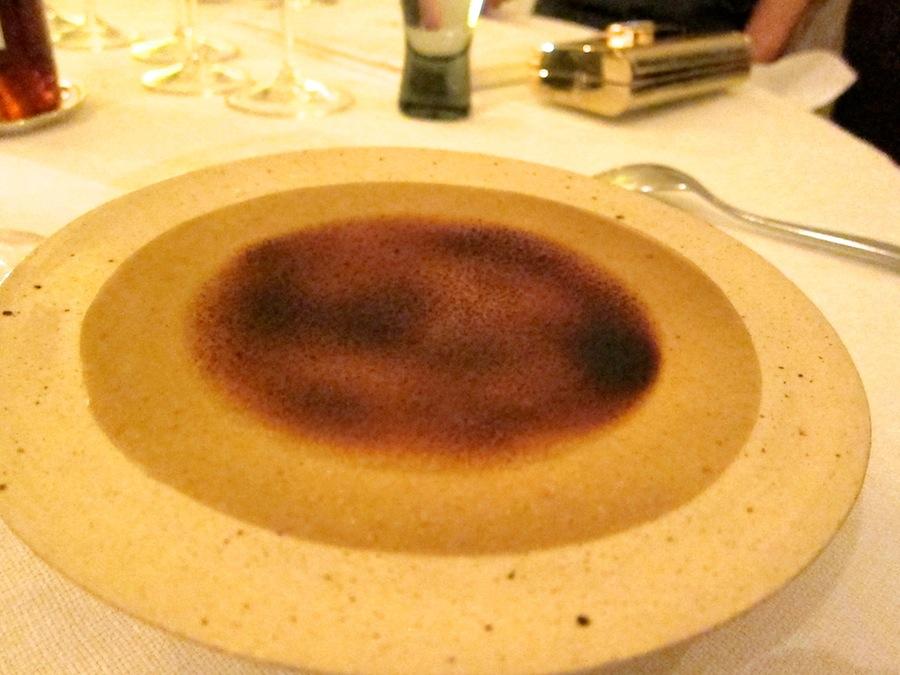 Det tynde låg af jordskok går næsten i et med den fine tallerken. Spændende, anderledes dessert.