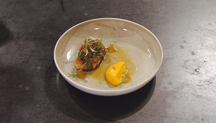 Confiteret svinebryst, gulerodspuré, broken gel af fiskesauce og sauce med citrongræs. Foto: TV3/MasterChef.
