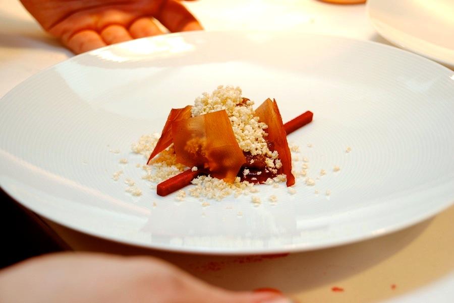 Endnu en luksusråvare, der i hænderne på Wassim Hallal kun bliver endnu mere luksuriøs. Foie gras med hindbær og flæskesvær. Fantastisk.