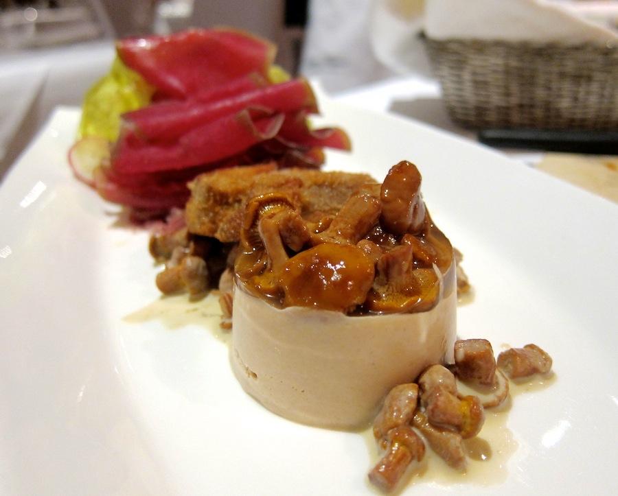 Lokalt plukkede svampe og det tørrede okselår bündnerfleisch; ren efterårsskovbund på tallerkenen.