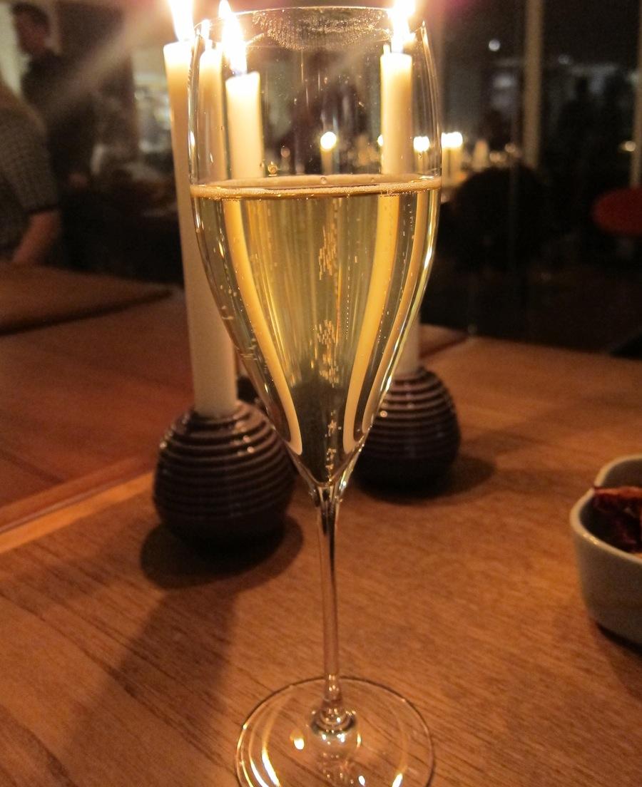At der er vin nok, vidner aperitifen om med denne skudefuld bobler.