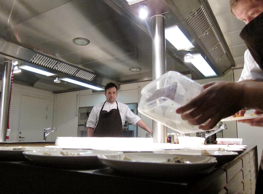Thorsten Schmidt i aktion i det åbne køkken.