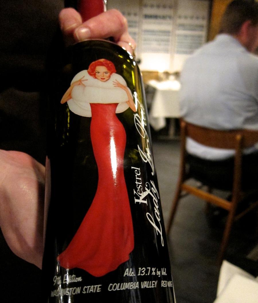 Smuk ser hun ud, den rødklædte dame.