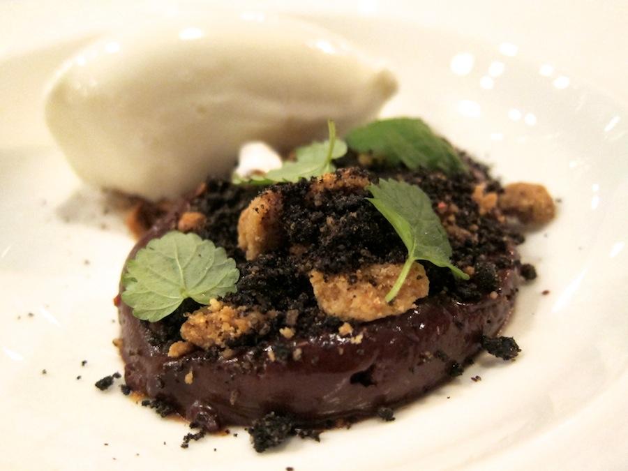 Succesrige Mads Refslund, der nu slår sine folder i New York, står bag denne dessert med chokolademousse og ymersorbet.