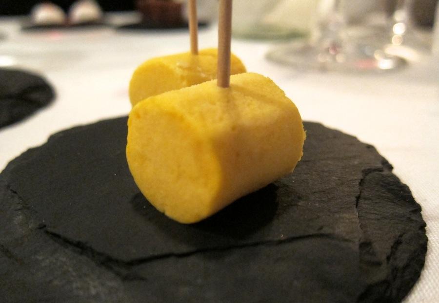 Mangoparfait med blød, cremet konsistens.