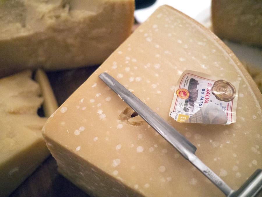 Denne parmesan har fem (!) år på bagen - læg mærke til de store proteinkrystaller.