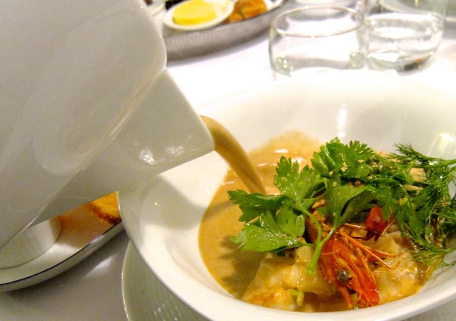Den obligatoriske - og rundhåndede - overhældning af suppe ved bordet.