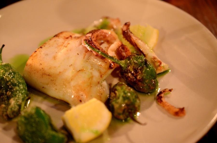Ekstremt simpelt og ekstremt velsmagende. Stærke padronpebre og stegt blæksprutte.