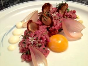 Opskrift – tatar med dijonmayo, peberrodsfløde, løg og confiteret æggeblomme