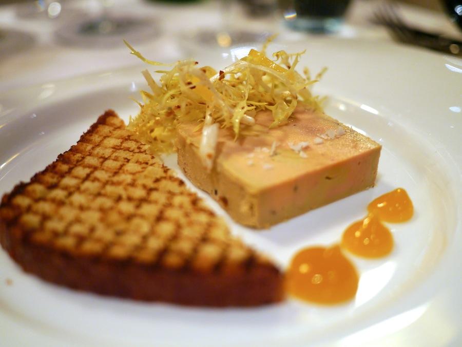 En yderst vellykket foie gras terrine med velbalanceret smag og en cremet konsistens.