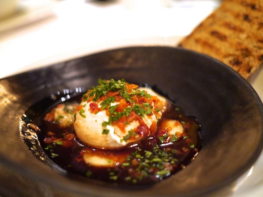 En perfekt pocheret æg med rødvinssauce, bacon og røget marv.