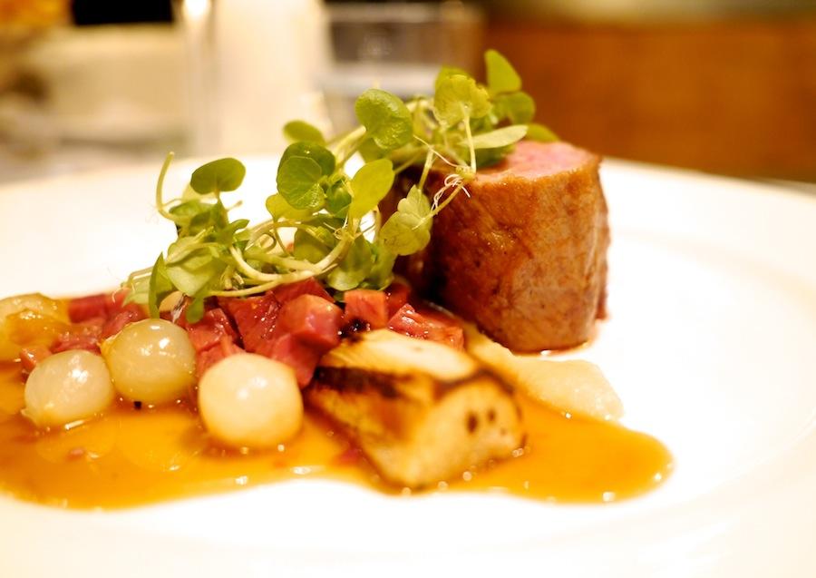 Hovedretten fra menuen var også vellykket. Kalvefilet og -bryst havde det godt sammen med saucen og de syltede perleløg.