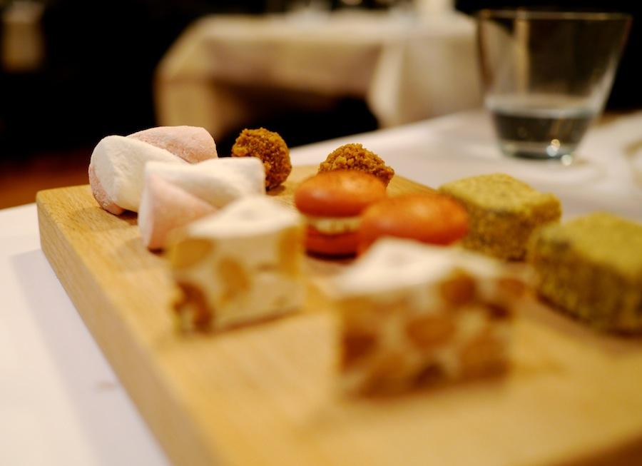 Et flot udvalg af petit fours, blandt andet fransk nougat, skumfiduser som dem fra købmanden og macarons.