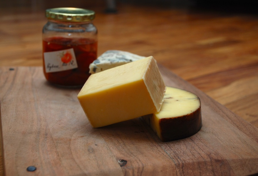 Tre oste på internationalt topniveau fra Arlas Unika-serie. Øverst er det Havgus, nedenunder maltosten og bagerst Højelundgaard Sønderjysk Blå.