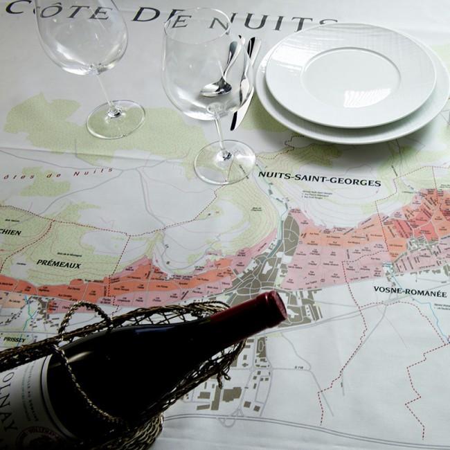 Cote de Nuits i Bourgogne er blandt de vinregioner, der pryder de lækre damaskduge. Foto: Wine Cloth Company.
